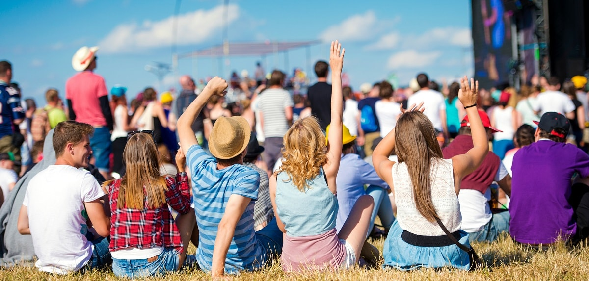 summer-outdoor-event-with-friends-eventbookings